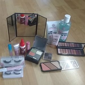 Accessories - Makeup, exfoliating facial scrubs,and facesoap